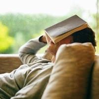 Mengatasi insomnia dengan membaca buku